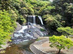 境内から龍門の滝を眺めることができます。