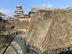 二様の石垣と天守  あーいいなぁ 石垣好きで黒いお城好きな私にはたまらない眺め。