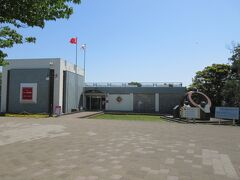 樫野崎駐車場に停め、樫野埼灯台に行く途中にトルコ記念館がありました。 トルコ軍艦「エルトゥールル号」遭難の後、トルコと串本町の友好の印として建設されました。 トルコ記念館は遭難したエルトゥールル号の模型や遺品、写真などが展示されており、遭難事故当時の様子を知ることができます。