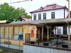 しなの鉄道軽井沢駅  これから私たちのいつものルーチン、カフェ巡りへ出発。 軽井沢駅からしなの鉄道で2つ信濃追分へ。
