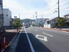 はるかむこうに琴弾山(ことひきやま)が見えます。山の上に琴弾公園があり、その近くに神恵院と観音寺があります。