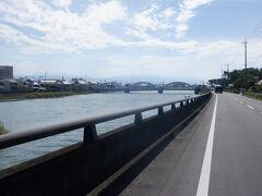 財田川という川の下流に来ました。これからこの川の源流方向に進みます。  遠くに橋が見えます。川の河口から3番目にかかるので三架橋と言います。向こう岸に渡ると琴弾山への入口です。