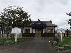 11:32 本日41km(トータル280km)  山越駅を通過。 山越には日本最北の関所があったので、その建物をイメージして作られた駅舎です