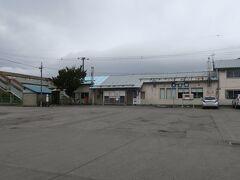9:07 本日2km(トータル352km)  大沼駅を通過。 今日は寒気のピークということで、天気が悪く、北風も強いです。