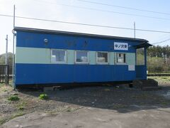 15:40 本日106km(トータル550km)  中ノ沢駅を通過。 北海道ではよく見る客車型の駅舎です。 函館本線は北海道の他の路線と比べると客車型が少ないかもしれない。