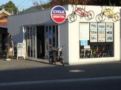 直島、宮浦港に到着、港のすぐ近くにはレンタルサイクル店が3~4軒並んでいます。事前に予約をおすすめします。この日はどのお店もすでに電動自転車が予約済みか、貸し出し済みで普通の自転車しか借りられず、そちらで周りました。 1日300円なのはお安くて良いのですが(電動自転車は1000円)