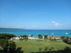 2日目 朝 気温31度、晴れ。 宮古島東急ホテル&リゾーツから来間島を望む