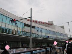 信号待ちしているうちに、「福岡空港 国内線ターミナル」をパチリ!。