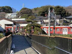 店の奥から外に出られるようになっていました。 その先にはなんと箱根登山電車の風祭駅。ちょっと待っていると赤くて可愛い電車が入ってきました。