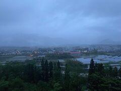 朝4時過ぎ… 見事に雨、、、 アルプスは雲の中… 手前の山も雲の中…