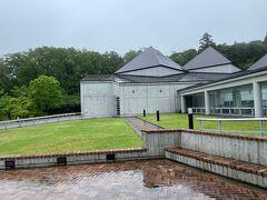 予定通り、約1時間で「フォッサマグナミュージアム」に到着~(*^▽^*)  雨がすごい降っていたので、外の写真はこれ1枚しか撮っていませんでした、、、