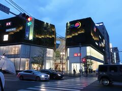 宿泊ホテル「ザ・ロイヤルパークホテル福岡」から徒歩5分ほどのところにあったのが「キャナルシティ博多」。  こちらでディナーの予定です!。