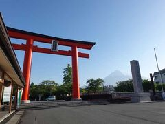 """""""富士山本宮浅間神社""""に来ました。 鳥居と富士山です。  """"富士山本宮浅間神社"""""""