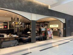 『大阪国際(伊丹)空港』北ターミナル 2F(保安検査前エリア)  2020年8月5日にオープンした【上島珈琲店】大阪国際空港店の写真。  2020年9月にも載せました。その時は、『ホテル ラ・スイート神戸 ハーバーランド』のカフェ【ル・パン神戸北野】伊丹空港店で カフェを楽しみました↓  <大阪★2020年8月5日、伊丹空港がリニューアル♪ 『ホテル ラスイート神戸』【ル・パン神戸北野】 『グランフロント大阪』2020年9月10日にオープンした ウメキタフロアのグルメ店&複合商業施設『LINKS UMEDA』>  https://4travel.jp/travelogue/11646742