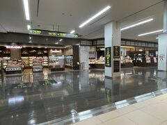 『大阪国際(伊丹)空港』北ターミナル 2F(保安検査後エリア)  セキュリティチェック後のエリアのレストラン&ショップの写真。  何があるかなー?  【SORADELI】 機内でお召し上がりいただけるお弁当や飲料などの食料品をはじめ、 日用雑貨やご自宅土産にも最適な逸品など豊富なアイテムを 取り揃えています。   JALカードのご提示で5%割引 1会計あたり1,000円以上お買い上げの場合、5%割引となります。 (現金、JALカードでのお支払の場合) ※一部割引対象外商品もございます。  JALカードでのお支払でマイルが2倍たまります。