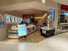 『大阪国際(伊丹)空港』北ターミナル 2F(保安検査後エリア)  【美々卯 空味】の写真。  大阪に本店を構える老舗料理店・美々卯がはじめて出店する カジュアルなお店です。   化学調味料に頼らず、手間ひまかけた老舗の味を、 お手軽に楽しんでいただけるお店です。  餡だしをかけたおかゆや、大阪ならではの澄んだおだしのきつねうどん、 他の美々卯にはない鶏天カレーなど、搭乗前、到着後のひとときに お立ち寄りください。