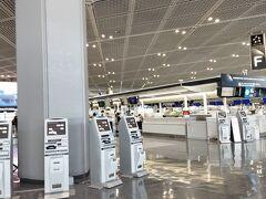 成田空港第一ターミナル出発ロビー ほとんど人がいません。天井の照明だけが、床を照らしています。