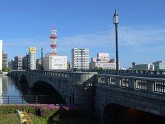 ここから川沿いに歩いてみます。
