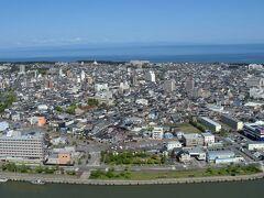 北西方向にはうっすらと佐渡島。