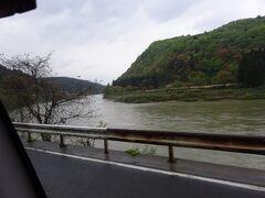 最上川(最上峡)(かっては酒田まで川舟の航路が通じ、京・大坂との交易が栄えました。)