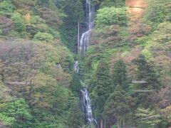 白糸の滝(日本の滝100選の一つです。「奥の細道」の芭蕉もこの滝を句に読んでいます。最上峡には最上48滝という滝群がありますが、西端にある白糸の滝はその中で最大です。赤い不動堂・鳥居が見えます。)