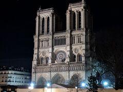パリ市内に戻って、夜のセーヌ川沿いを散策。 この年の4月に火災に見舞われたノートルダム大聖堂ですが、正面は元の姿を保っていました。
