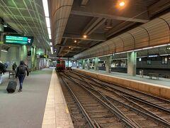 ストックホルム中央駅に到着。行き止まりの駅です。 牽引してきた機関車が反対側に移動します。