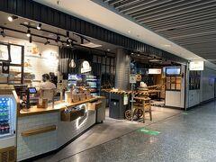 フランクフルトで乗り継ぎます。 ドイツはコロナ規制が厳しく飲食店は店内飲食禁止です。 空港内の飲食店でも店内飲食できません。