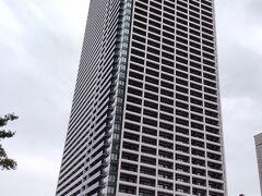 最初の目的地は馬車道駅直結の新名所 「横浜北仲ノット」へ!46階の無料展望台が目当てですが、まずは腹ごしらえ。
