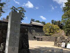 無事駐車場に車を止めて松江城に入ります。