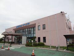 =八戸港フェリーターミナル= 青森県フェリー埠頭公社運営の県営ターミナルです。 苫小牧航路と室蘭航路のフェリーが発着しています。