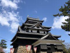 お城に着いた~! 綺麗なお城です。  丁度、旅行に出る数日前にブラタモリでお城特集をやっていたんだよね。 松江城もありました。 見てから来て良かった。^^v  そしてブラタモリ。。。タモリ...