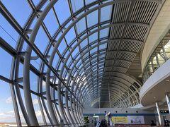 仙台空港着。 ターミナルビルの丸いフォルム、景色がよく見えていいですね。