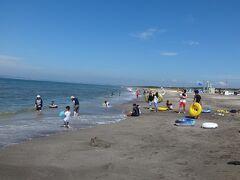 【2年前の夏の写真】 その、富津海岸海水浴場です。 我が家では、毎年7月にこの富津海岸で海水浴をしたあと千葉県内にあるカミさんの実家に遊びに行くというのが夏の恒例行事になっている。 去年は行けませんでしたねえ。今年もムリかなあ(泣)