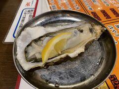 まだ、嫁さんが好きな牡蠣を食べていませんでした。時短営業で閉店が迫る中、仙台駅の「かき小屋 飛梅」に行ってみました。まずは、石巻の牡蠣を生で。「超新鮮」と嫁さん。