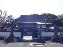なんとかたどり着いた班渓寺は、門のところに石造りのものがいくつかありました