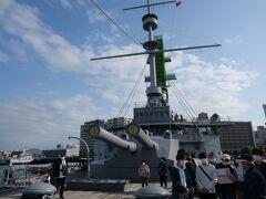船の先頭から三笠を眺める。 30.5センチ主砲と艦橋、マストの眺めがなんとも美しいものですね。