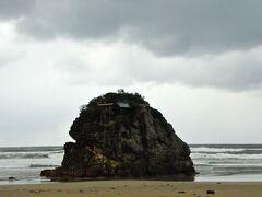 日御碕灯台から空港への途中 稲佐の浜に寄りました。 この浜から、神々が上陸するそうです。