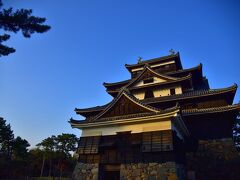近づいて天守を、見上げてみました。 焼き板の黒壁が、重厚な印象を  青い空を背景に、威容を誇っています。 松江城の天守、千鳥城とも たしかに、羽を広げた千鳥のようにも それとも、強調された千鳥破風によるからでしょうか