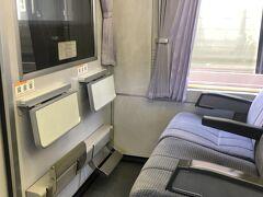 写真の窓側席1Dに若いお兄さんが座っていたのだが、なんと岐阜駅で下車。わざわざ20分だけ乗ったのかな。代わりに、別の席から3Dに座席移動してきていたお兄さんが、1Dに移動してきた。