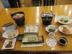 ホテルは十和田湖畔にある十和田湖レークビューホテル。 夕食のすき焼き鍋はお肉やわらかくて美味しかった!