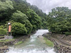 温泉街の中を流れる川。