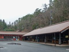 13:24 ベンガラ館 岡山県高梁市成羽町吹屋 訪問時はにわか大雨でした。 車内からの様子うかがいでは、展示ではなく体験施設が中心のようでした。