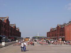 続いて、赤レンガ倉庫を渡ります。赤レンガ倉庫と遠くに見える横浜ベイブリッジの景色が良し。