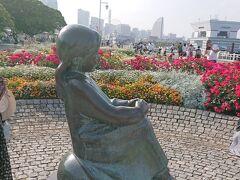 その傍に『赤い靴はいてた女の子像 』が建ってます。 『赤い靴』の歌詞をイメージして昭和54年、山下公園に造られた、女の子像とのこと。