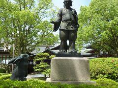 境内には、大国主大神と兎の像もあります。