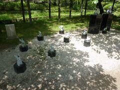 松の馬場の西側に行くと西神苑があり、可愛いうさぎの石像がたくさんあります。