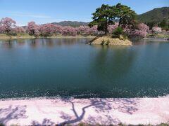 高遠駅から伊那北駅方面行きのバスに乗って南割バス停で降り、約800m歩いて六道の堤へ。ここも桜が咲き誇るお花見スポット。江戸時代末期に造営された農業用の貯水池だが、池の周囲にタカトオコヒカンザクラやソメイヨシノが植えられており、桜が咲く時期は、観光客も訪れる撮影スポット。