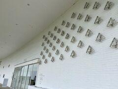 青森県立美術館到着。 ちょうどミッフィー展がはじまってて、壁にミッフィーの顔があるの。