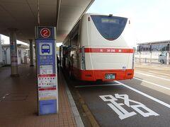 羽田空港発 7時25分  JL183便 小松空港着 8時25分 定刻で到着  あ~~あ、、着いちゃった、、、どこも開いてないのに、、、 というネガティブな気持ちがふつふつと湧いてきます、、、   金沢駅西口行きのバスが来ていました。 このバスは金沢駅西口から香林坊へ行くようです。 小松空港発 8時40分 金沢駅西口着 9時20分  以前のバスのルートは犀川大橋を渡って片町経由で金沢駅に行くという感じでしたが逆になったんですね。 しかも片町には行かなくなったみたいです。 各方面の路線バスルートも現在は金沢駅が起点に集約されてるようです。 安いホテルに泊まるにはちょっと厳しい現実ですね。 そんなこともあり今回は各方面にアクセスの便利な金沢駅に宿を決めました。